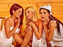 Ami détendant dans le sauna Image libre de droits