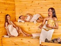 Ami détendant dans le sauna Images libres de droits