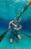 Ami d'étreinte de fille sous-marin Photographie stock libre de droits