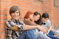 Ami d'étudiant s'asseyant à l'arrière-plan Image stock