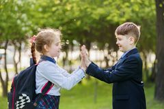 Ami d'enfant appr?ciant battant des mains images stock