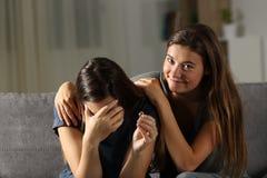 Ami d'hypocrite soulageant une épouse divorcée Photos stock