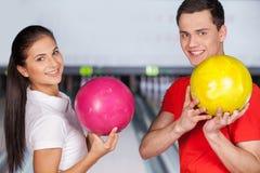 Ami dans le bowling. Photos stock