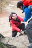 Ami de aide de randonneur tandis que trekking dans la forêt Photo libre de droits