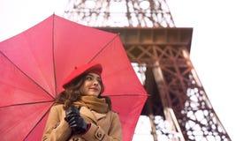 Ami de attente de belle femme, date romantique à Paris le jour pluvieux Photographie stock