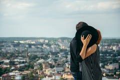 Ami de baiser de femme tout en se cachant derrière le chapeau Photo libre de droits