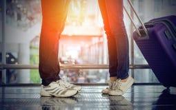 Ami de baiser de position de femme dans des couples d'aéroport Photographie stock libre de droits