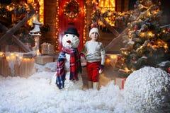 Ami de bonhomme de neige des enfants Photographie stock libre de droits