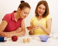 Ami de deux femmes faisant cuire ensemble Photos stock