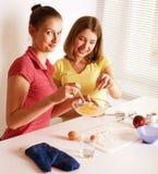 Ami de deux femmes faisant cuire ensemble Image libre de droits