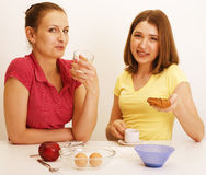 Ami de deux femmes faisant cuire ensemble, ayant l'amusement Image libre de droits