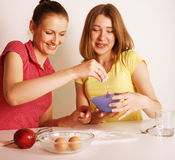 Ami de deux femmes faisant cuire la nourriture ensemble, ayant l'amusement Images stock