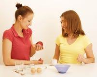 Ami de deux femmes faisant cuire la nourriture ensemble, ayant l'amusement Photos libres de droits
