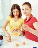 Ami de deux femmes faisant cuire la nourriture ensemble, ayant l'amusement, concept de personnes de mode de vie Image stock