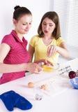 Ami de deux femmes faisant cuire la nourriture ensemble, ayant l'amusement, concept heureux de mode de vie d'amitié Images libres de droits