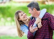 Ami de embrassement de femme en parc Images libres de droits
