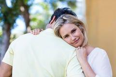 Ami de embrassement de femme heureuse Images libres de droits