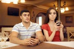 Ami de espionnage de fille curieuse sur Smartphone images stock