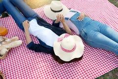 ami de femme étendu sur le tissu de pique-nique Image libre de droits