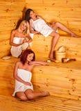 Ami de femmes de groupe détendant dans le sauna Photo libre de droits