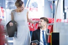 Ami de réunion de femme dans le train Image stock