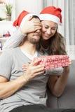 Ami de surprise de fille avec le cadeau de Noël Photo libre de droits