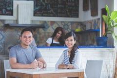 Ami deux s'asseyant dans un café Photos libres de droits