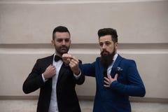 Ami deux se serrant la main, vêtements élégants, en buste photos libres de droits