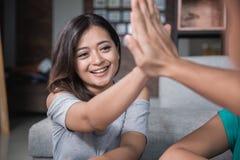 Ami deux serrant la main tout en étudiant Photos stock