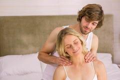 Ami donnant un massage à son amie Photo stock