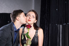 Ami embrassant à l'amie avec Rose Flower Image libre de droits