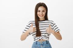 Ami encourageant de soin d'amie, acceptant la bonne idée Portrait de femme féminine sûre intéressée dans t rayé Image stock