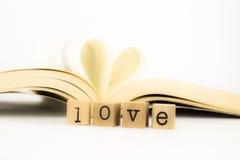 Ami esprimere e libro con forma del cuore Fotografia Stock Libera da Diritti