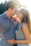Ami et amie, couple affectueux marchant et embrassant au coucher du soleil dans les mestres ruraux sur la nature Photo libre de droits