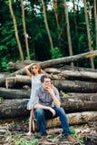 Ami et amie, couple affectueux marchant et embrassant au coucher du soleil dans les mestres ruraux sur la nature Images libres de droits