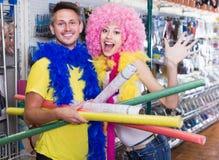 Ami et amie dans la boutique de fête d'accessoires Photo stock