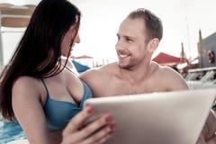 Ami et amie discutant quelque chose sur le comprimé numérique Photos libres de droits