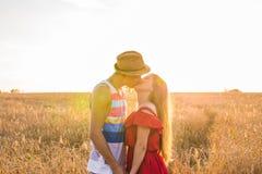 Ami et amie embrassant dans le domaine Photo libre de droits
