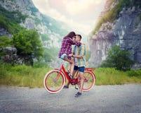 Ami et amie embrassant sur le rétro vélo Images libres de droits