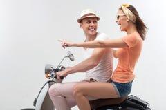 Ami et amie gais sur le vélo de moteur Photo stock