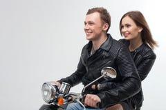 Ami et amie gais sur le vélo de moteur Image libre de droits