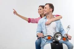 Ami et amie gais sur une motocyclette Image libre de droits