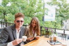 Ami et amie heureux au café sur un fond brouillé Concept de relations Copiez l'espace Images stock