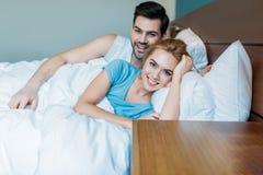 ami et amie se situant dans le lit et le regard Photo libre de droits