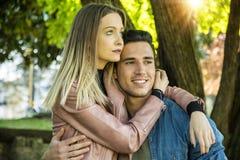 Ami et amie se tenant montrants l'amour romantique Photos libres de droits