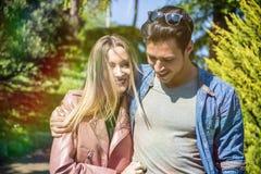 Ami et amie se tenant montrants l'amour romantique Image stock