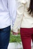 Ami et amie tenant des mains dehors Photographie stock libre de droits