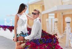 Ami et amie une date Jeunes amants faciles à vivre et beaux Un couple romantique sur une station de vacances colorée Photo libre de droits