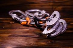 Ami et carabines de came de dispositif pour l'escalade sur en bois Images stock