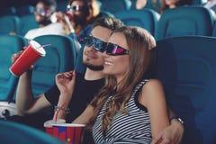 Ami et gifrliend en film de observation de cinéma moderne Image libre de droits